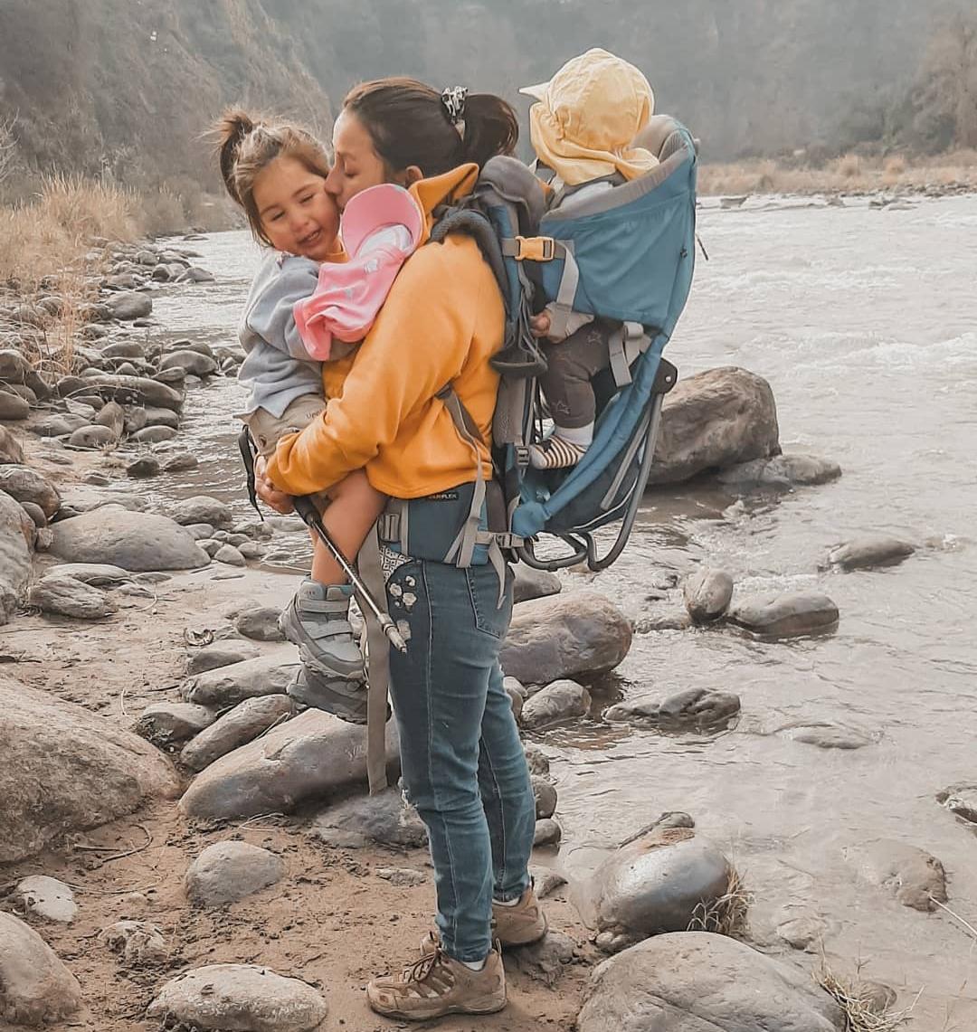 Imagen de mujer haciendo trekking con sus hijos