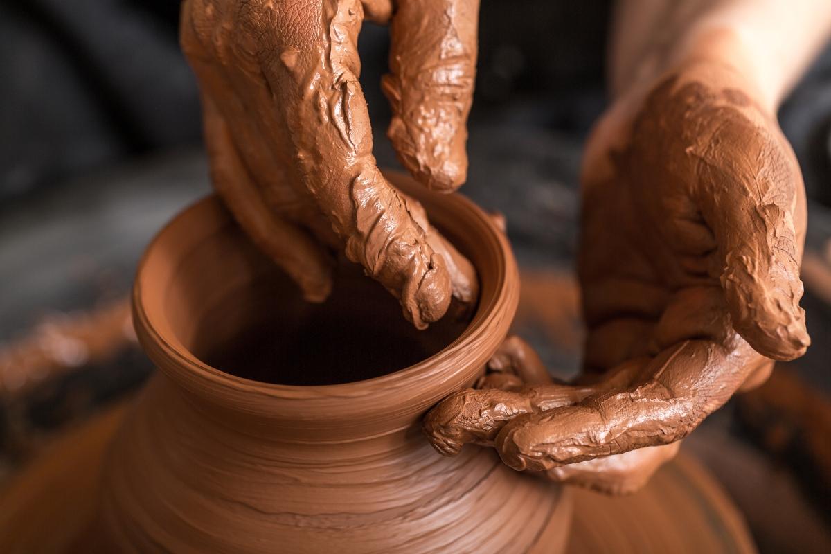 Imagen de las manos de un artesano trabajando con greda