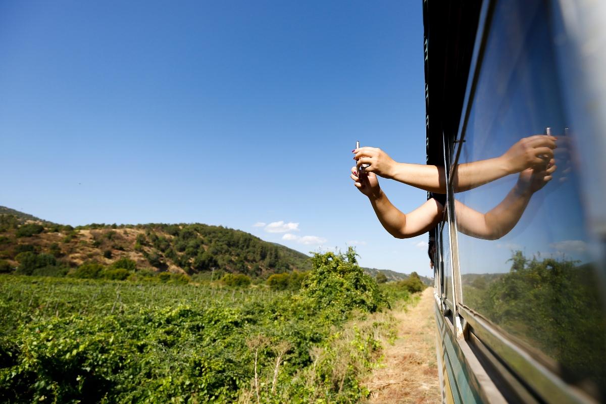 Imagen de una persona tomando selfies desde la ventana de un tren en Chile