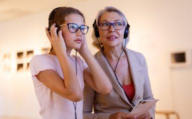 Imagen de una abuela y su nieta en el Museo del Sonido