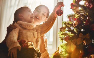 Imagen de una madre con su hija disfrutando Navidad