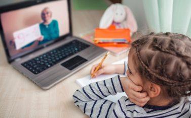 Imagen de una niña teniendo clases y talleres online