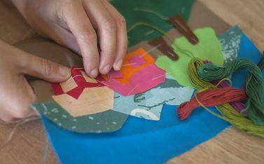 Imagen de una artesana de Chile bordando una pieza