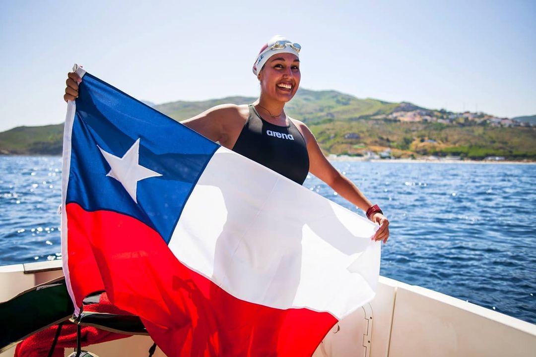 Imagen de Bárbara Hernández con la bandera chilena