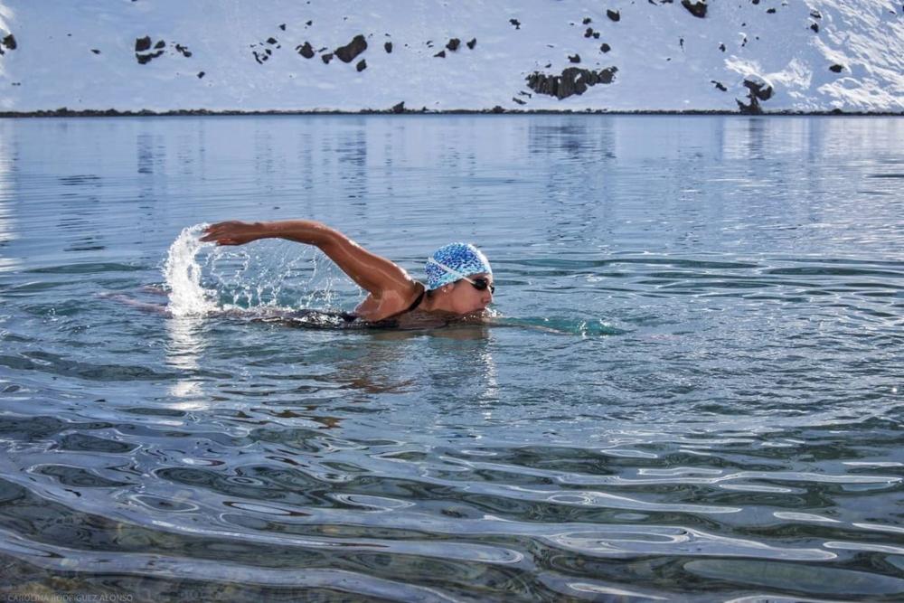 Imagen de la Sirenita de Hielo nadando en Portillo