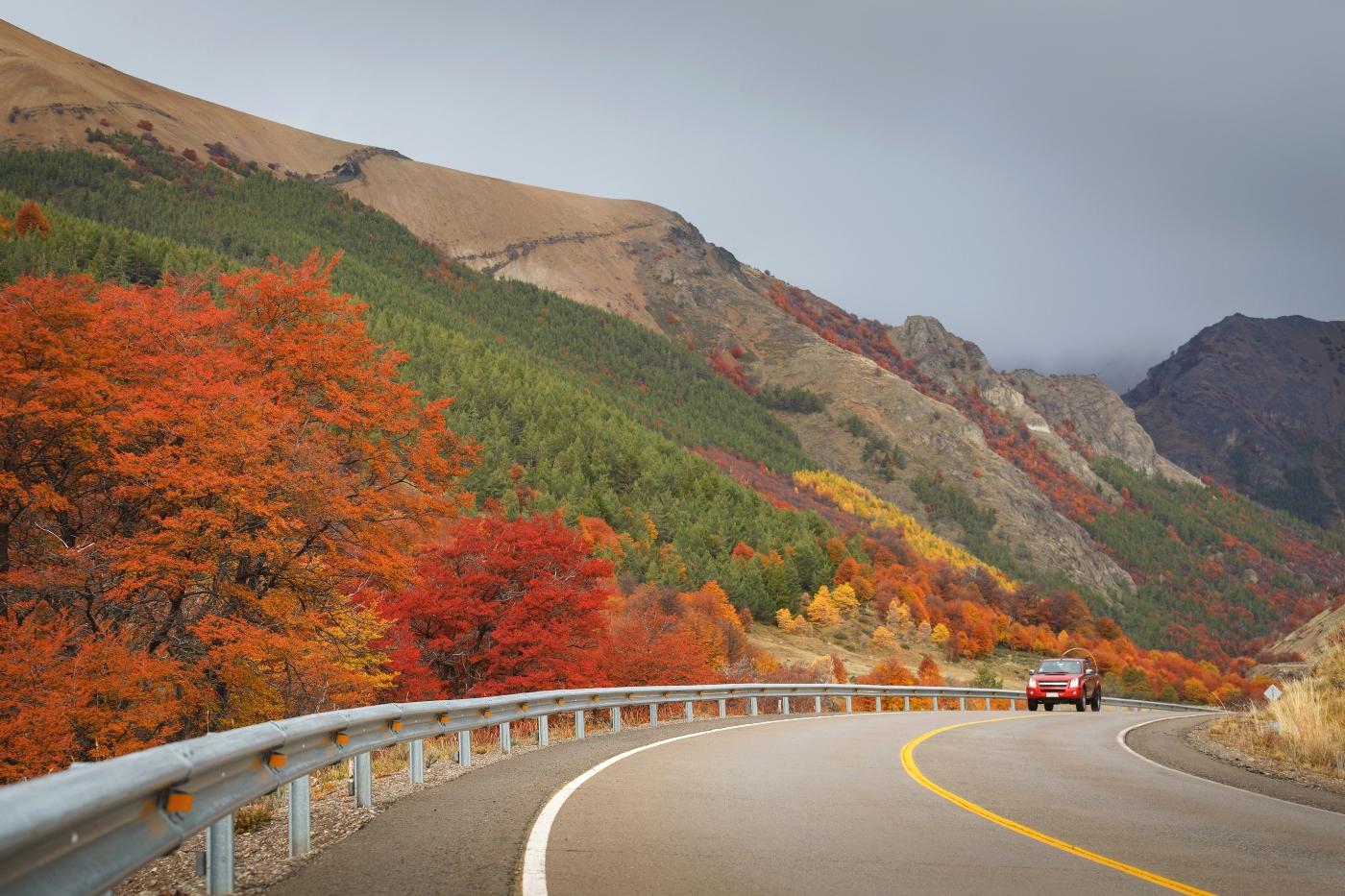 Imagen de un auto por la Carretera Austral en dirección a Coyhaique