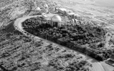 Imagen en blanco y negro del Observatorio Cerro Calán
