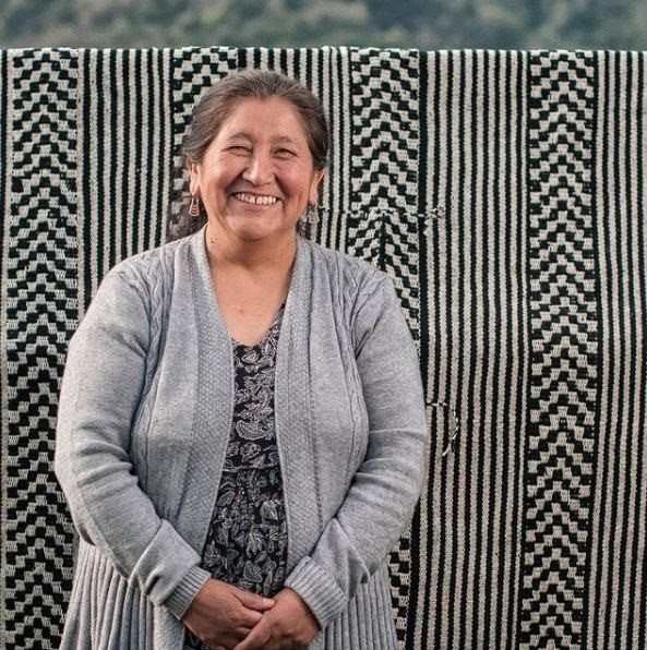 mujeres tejedoras mujer mapuche sonriendo