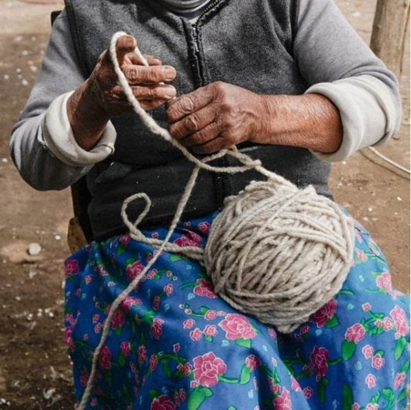 mujeres tejedoras mujer sosteniendo ovillo de lana