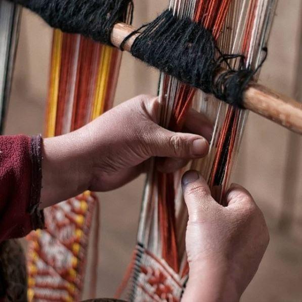 mujeres tejedoras tejiendo telar