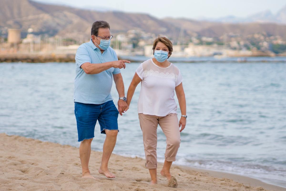 verano-responsable.-pareja-de-adultos-mayores-en-la-playa