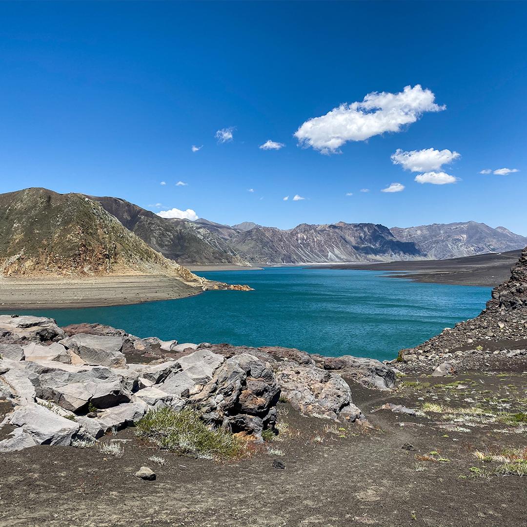 Imagen de una hermosa laguna azul en la región del Biobio