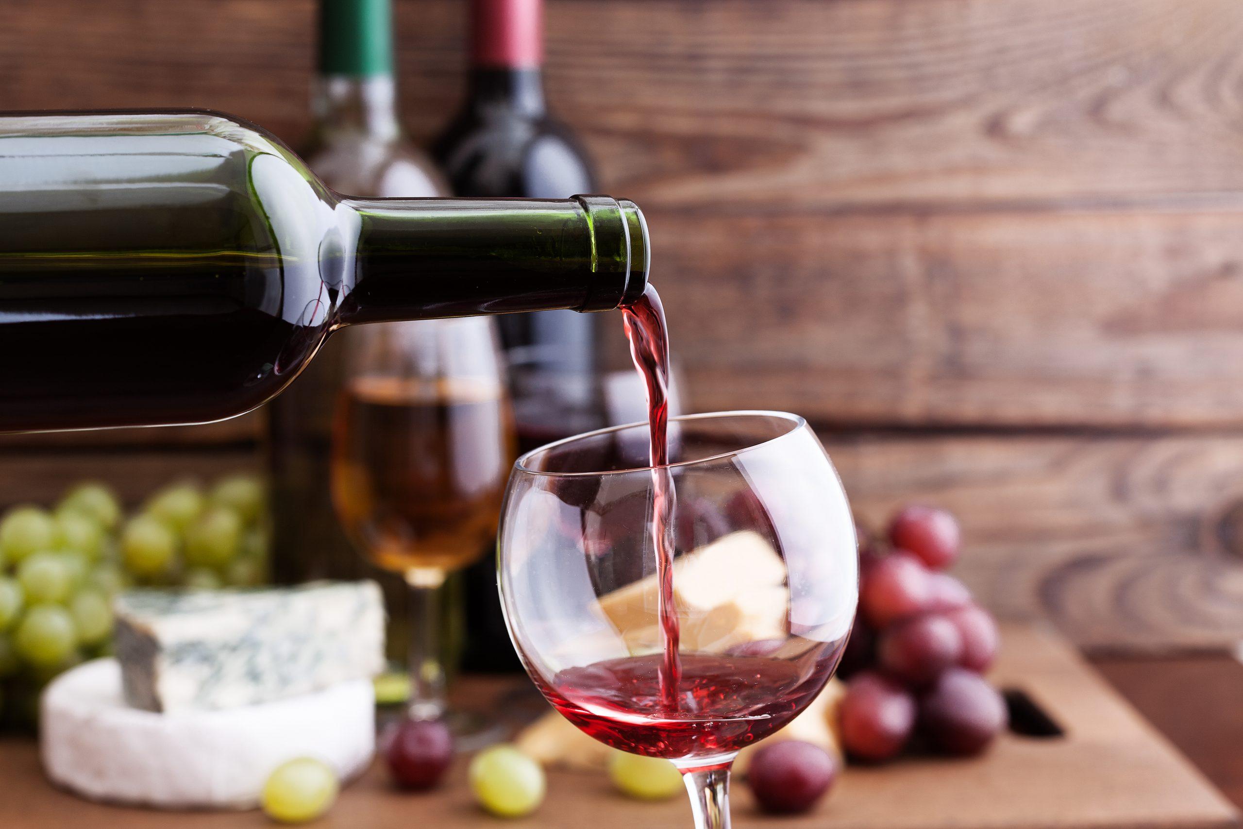 Fiesta de la vendimia: copa de vino servida