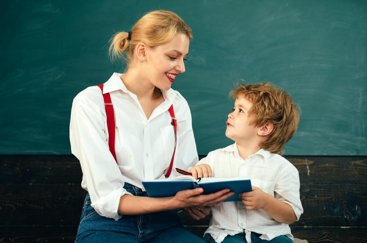 cuentacuentos - mujer leyendo un libro junto a un niño