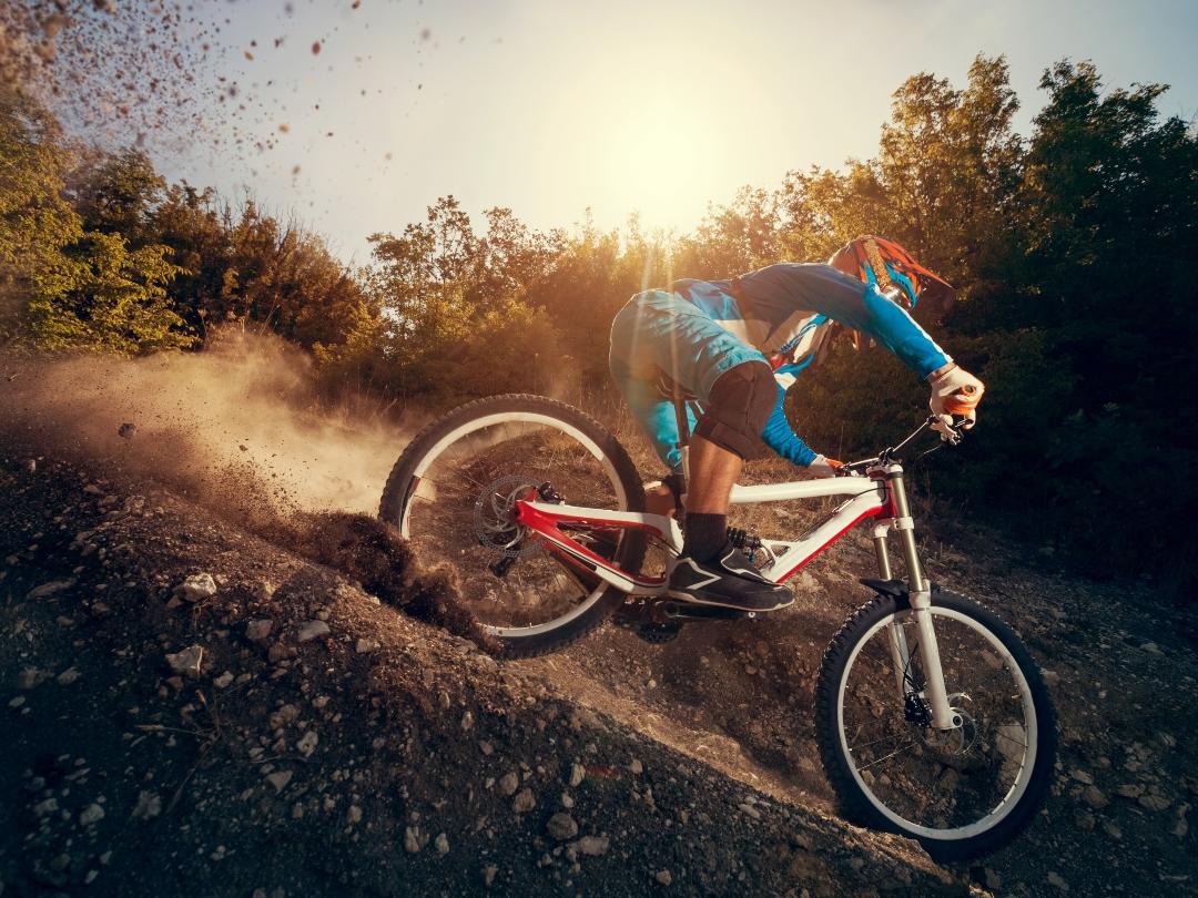 hombre en bicicleta cuesta abajo