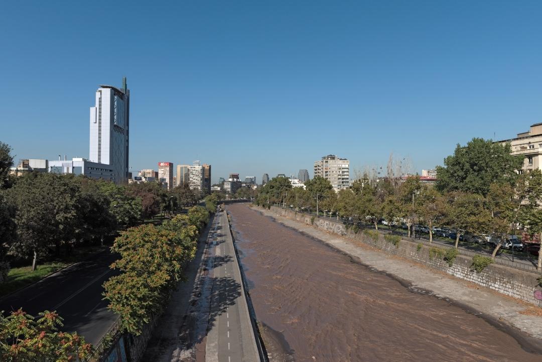vista desde el río mapocho y edificios de fondo de Santiago