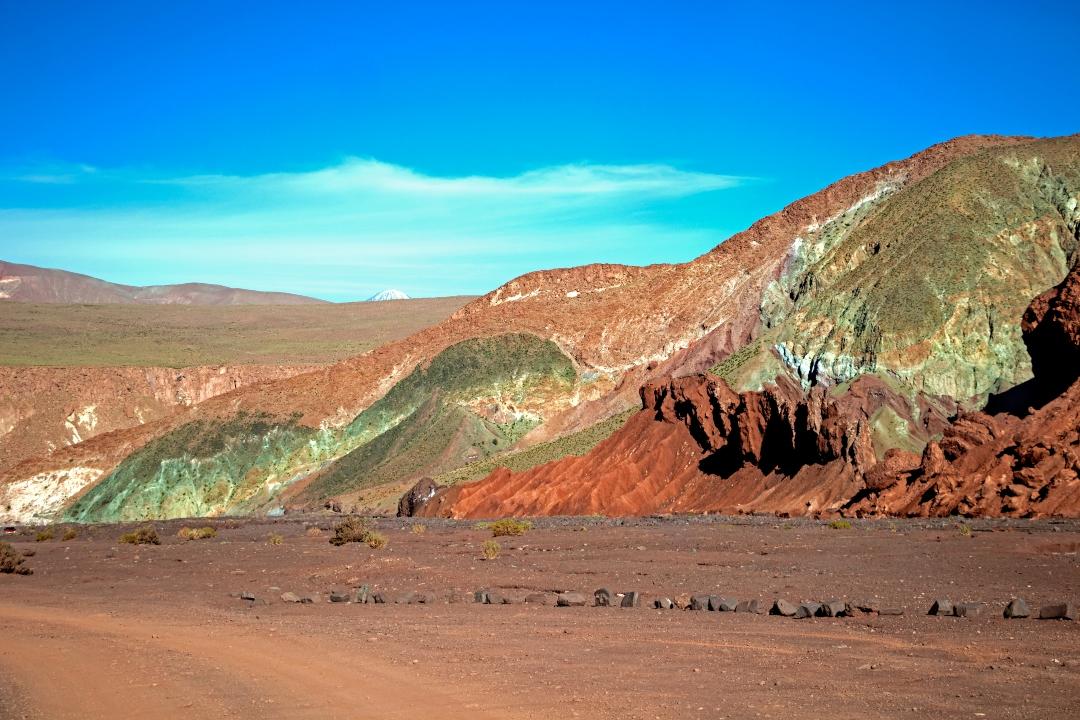 Vista panorámica valle de colores con cielo azul despejado y soleado