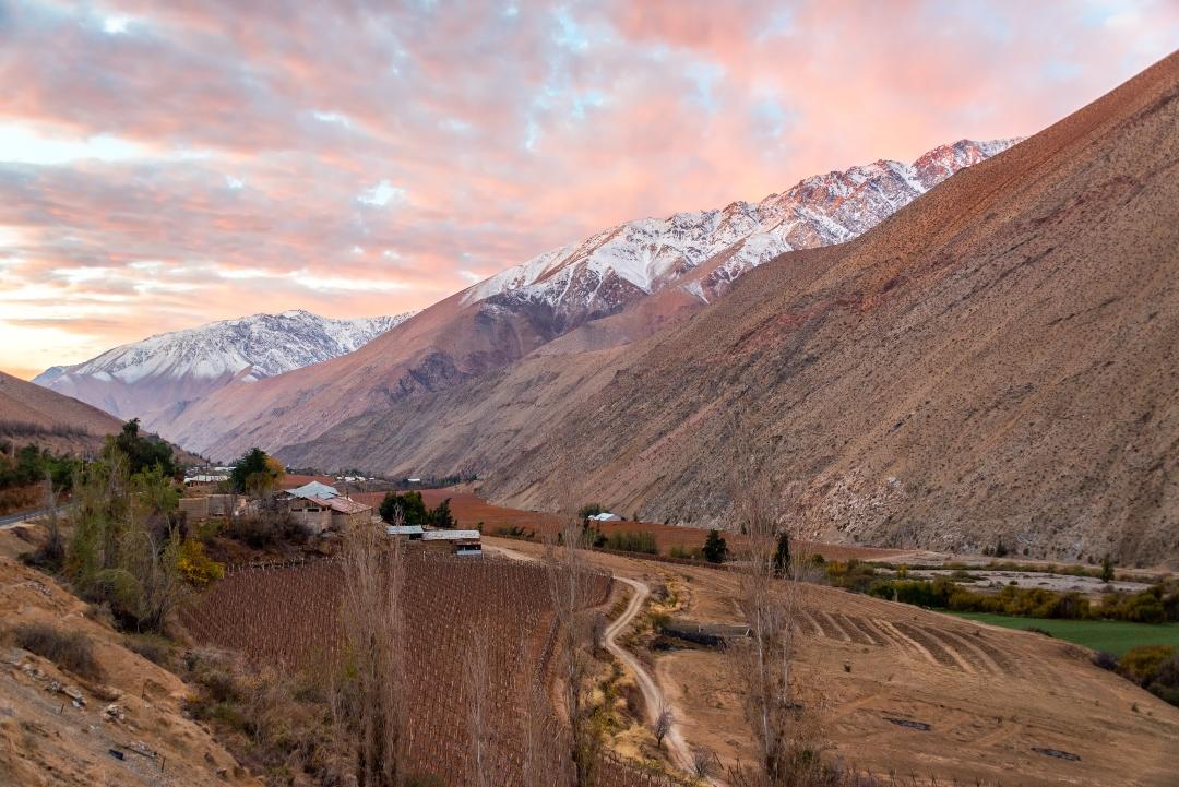 Atardecer sobre el Valle del Elqui y las montañas Andes en Pisco Elqui, Chile