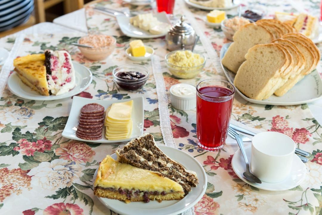 Mesa servida con postres y delicias gastronómicas del sur de chile