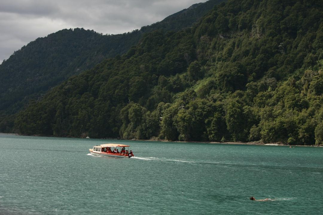 fotografía panorámica bote navegando en lago de todos los santos