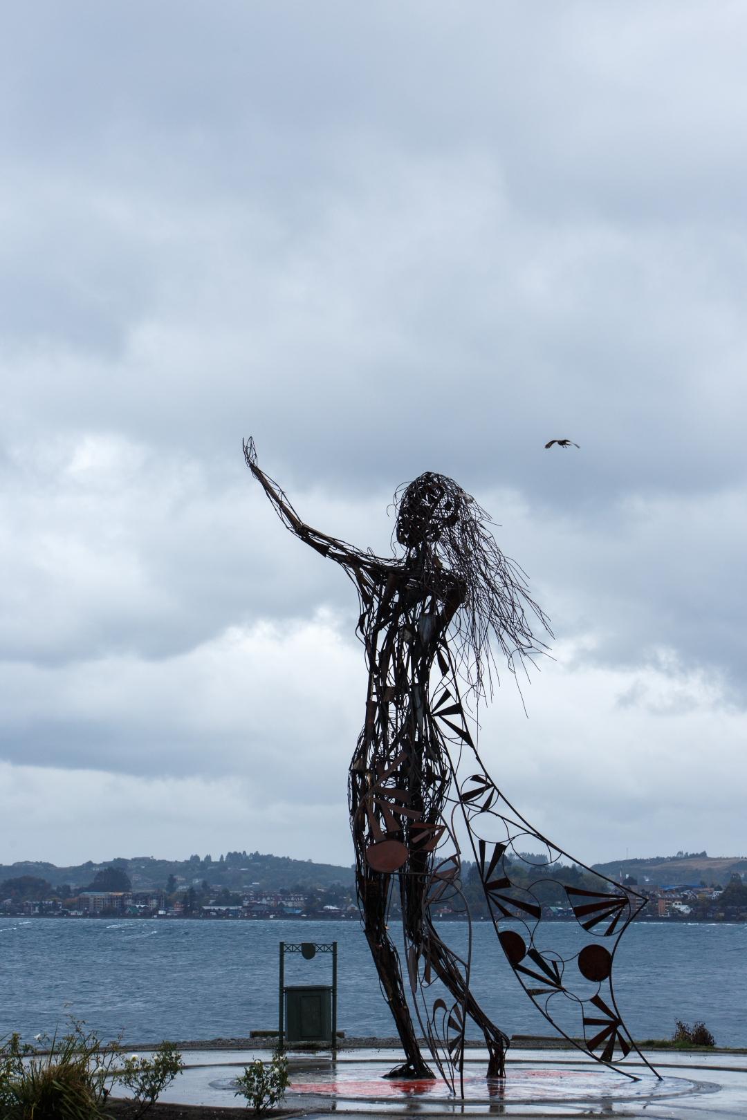 fotografía del monumento princesa Licarayen de Puerto Varas