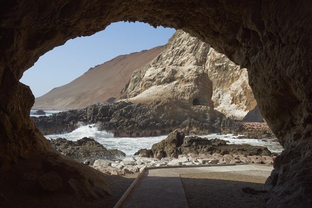 Fotografía de ruta bicicleta en medio de cuevas